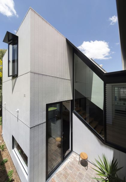 Unfurled House courtyard and folded link exterior view
